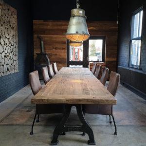 Lange tafel met gietijzeren poten & 7 cm dik zonverbrand oud eiken tafelblad IND666