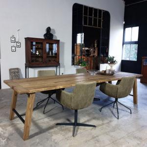 Tafel Bato gemaakt van oud eiken en staal Z005