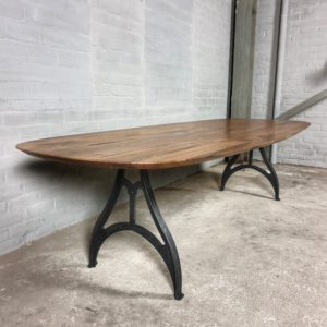 Ovale tafel met Amerikaans notenhouten en gietijzeren poten