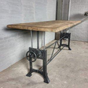 In hoogte verstelbare industriële tafel met zonverbrand oud eiken blad - DT03-5