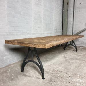 Industriële tafel met gietijzeren onderstel - tafelblad 7 cm dik zonverbrand oud eiken - DT17
