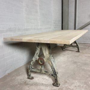 Industriële tafel, gebleekt oud eiken - gietijzeren onderstel - IND705