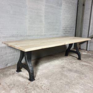 Industriële tafel, gebleekt oud eiken - gietijzeren onderstel - IND704