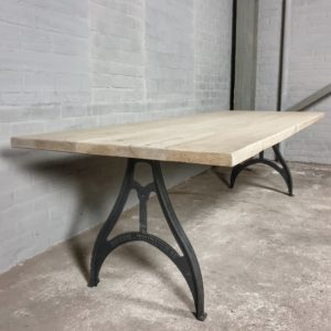 Industriële tafel, oud eiken gebleekt - onderstel: gietijzeren poten - IND714