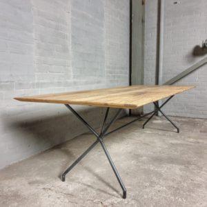 Moderne tafel met stalen onderstel & oud eiken tafelblad met facetrand - IND717
