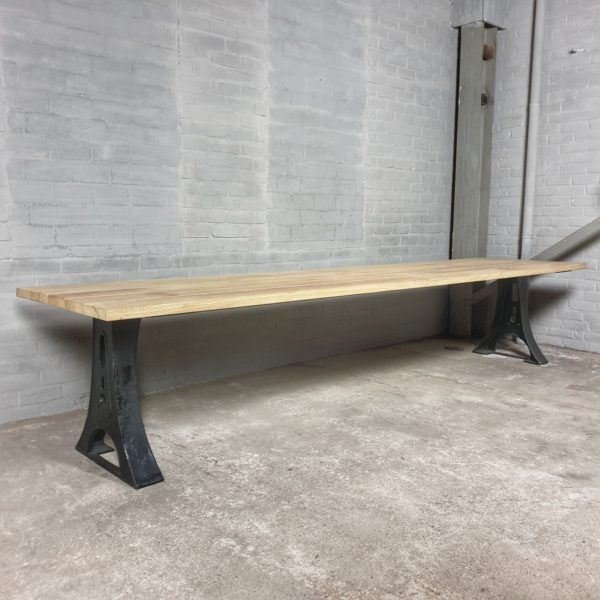 Industriële tuintafel met gietijzeren poten, tafelblad van hardhout Iroko - T04