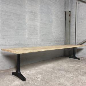 Industriële tuintafel met gietijzeren poten, tafelblad van hardhout Iroko - T05