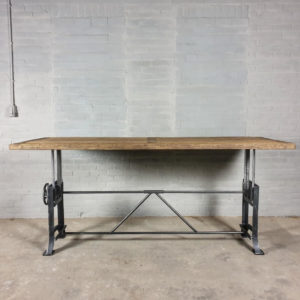 In hoogte verstelbare industriële bureau tafel met 5cm zonverbrand oud eiken blad en gietijzeren onderstel