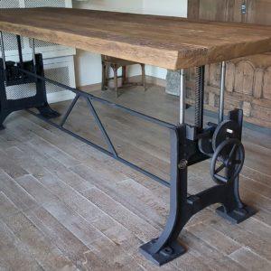 hoogte verstelbare tafel met oud gietijzeren onderstel - industrieel
