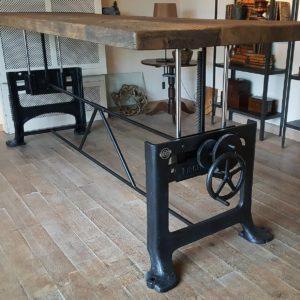 tafel in hoogte verstelbaar met oud onderstel - oud eiken tafelblad - industrieel