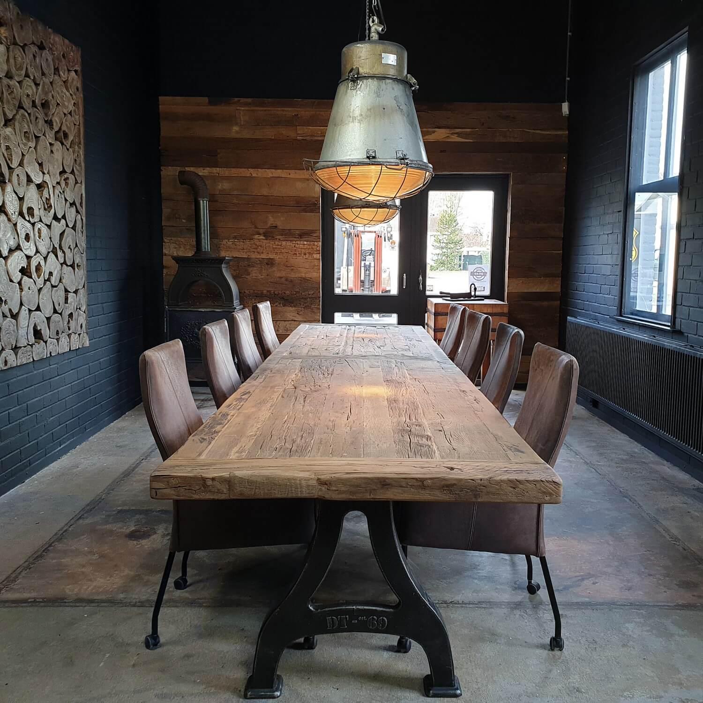 Eettafel industrieel design met gietijzeren poten – oud eiken tafelblad - DT27
